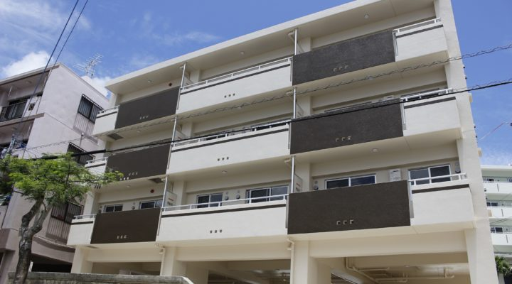小窓から風と光が差し込む、カップル向け賃貸住宅