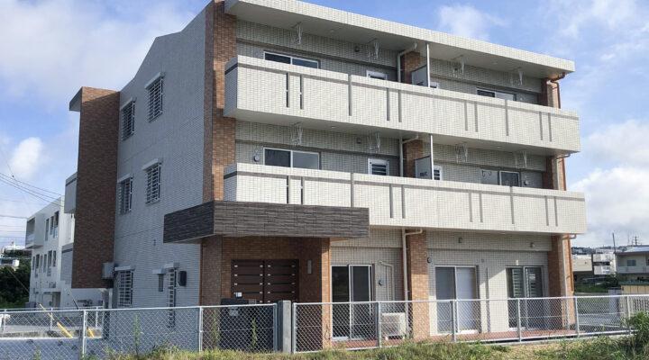 3色使いの外観タイルがモダンな駐車場2台確保のファミリー向け共同住宅。