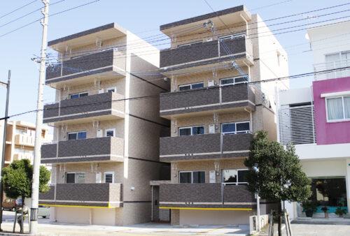 中央の階段を挟むように住居を配置し、プライバシーを確保する設計に。
