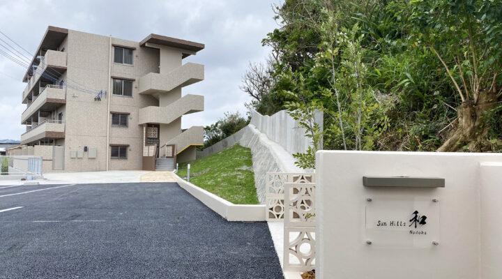 建物看板から建物へ続く優雅なアプローチが住まいを豊かに演出。敷地形状を充分に活かした賃貸マンション