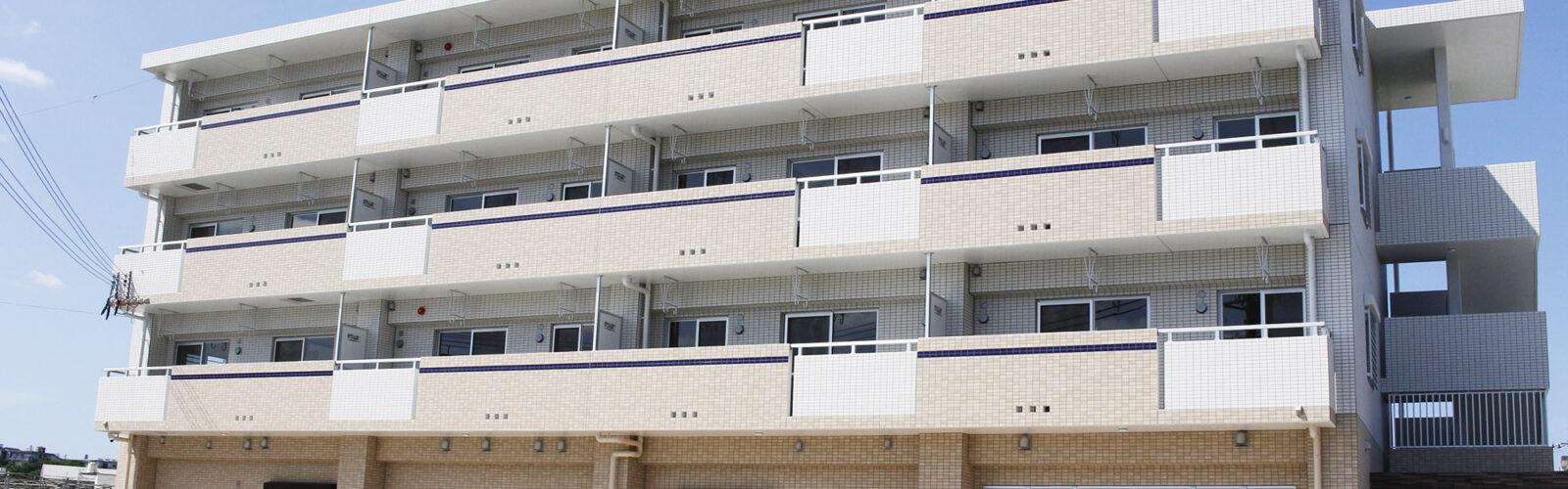 ブルータイルのアクセントがすっきりシャープな外観。子ども達の安全性を考慮した学童施設兼賃貸マンション