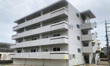 ヒンプン型の館銘板で建物に高級感とデザイン性を持たせた2LDK賃貸マンション