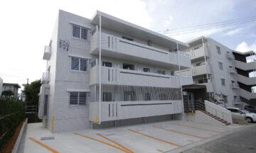 隣の1棟目と統一感を持たせた高級感ある外観。さりげない目隠しの配置でプライバシーも守れる2LDK賃貸マンション