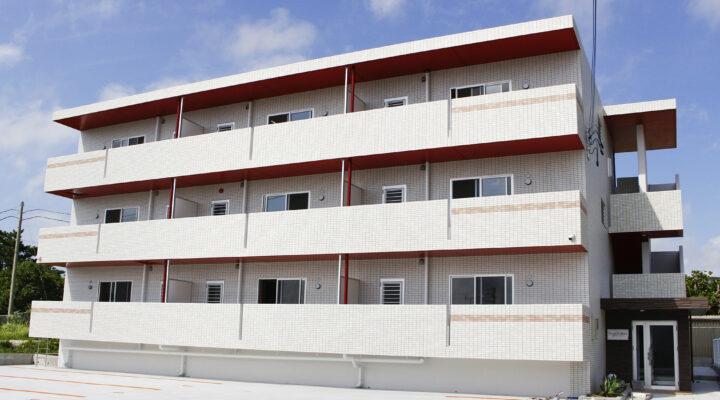 赤い軒裏塗装がポイントの賃貸マンション。万全のセキュリティと設備で暮らしやすさも◎